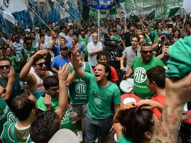 Manifestantes protestam em frente ao Ministério da Trabalho em Buenos Aires contra revisão dos contratos de funcionários públicos (Foto: AFP PHOTO/EITAN ABRAMOVICH)