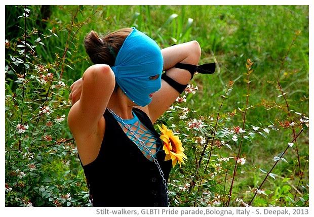 Stilt dancers, blue, Bologna, Italy - images by Sunil Deepak, 2013