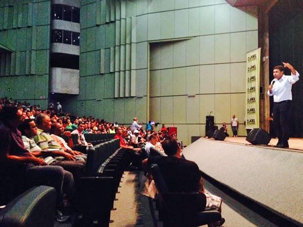 Durante assembleia no Centro de Convenções, a maioria da tropa vaiou o discurso dos líderes que tentavam demonstrar avanço nas negociações (Foto: Denny Costa/CBN Recife)