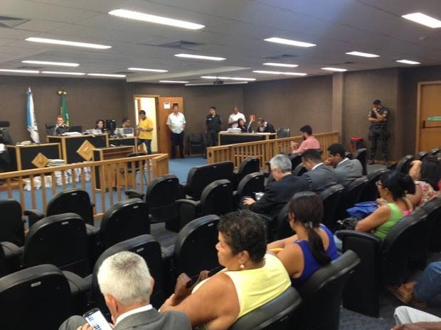 Julgamento entre no segundo dia no fórum do Rio Bonito (Foto: Narayanna Borges/Inter TV)