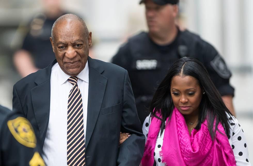 Bill Cosby a su llegada al tribunal el primer día de juicio. Al actor le acompañaba Keshia Knight Pulliam, actriz de la serie 'La hora de Bill Cosby'.