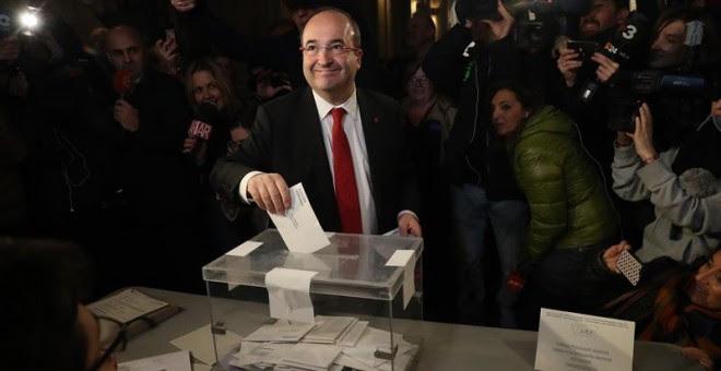 El líder del PSC Miquel Iceta, en el momento de votar en su colegio electoral de Barcelona, más de cinco millones y medio de catalanes están llamados a las urnas en esta jornada de elecciones autonómicas. EFE/Javier Etxezarreta