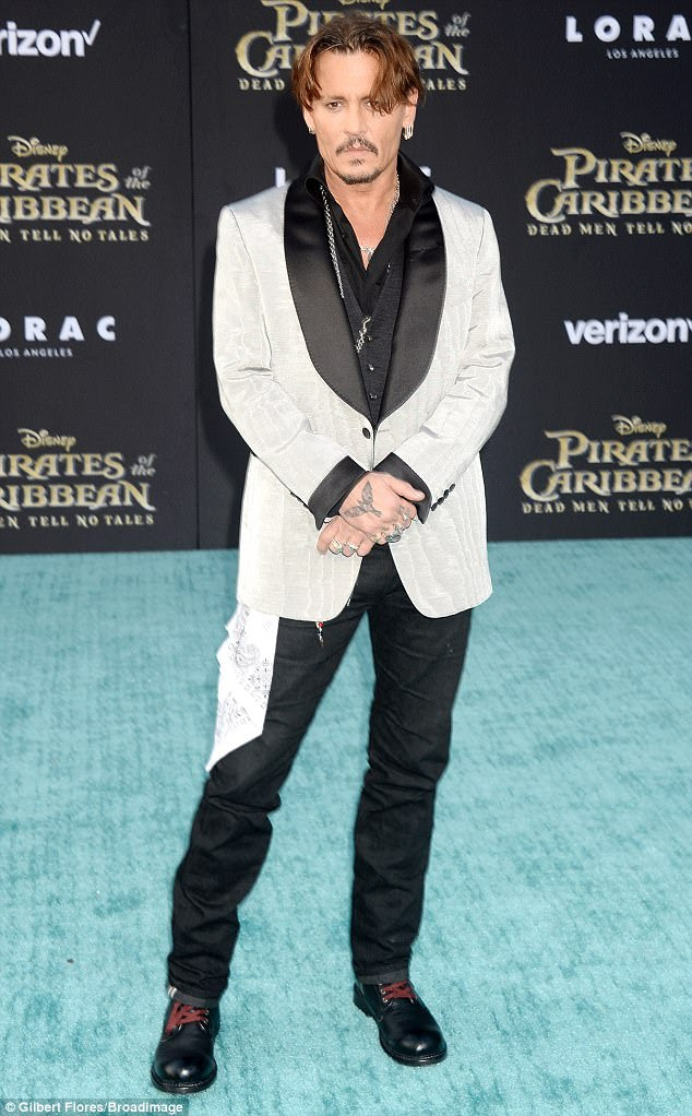 Não se parece com um pirata: Johnny Depp esfregou-se em um terno de prata e preto de três peças para a estréia de Hollywood de seu novo filme Piratas do Caribe: Dead Men Tell No Tales