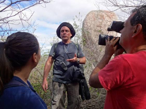 O amigo Alvaro Severo, que desenvolve um maravilhoso projeto de aproveitamento ecoturístico na região, com intensa participação do pessoal do local, comentado sobre a grande luta no alto da serra