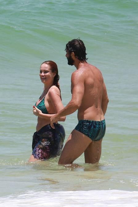 Ellen Rocche e Guilherme Chelucci usam roupas de praia com a mesma estampa