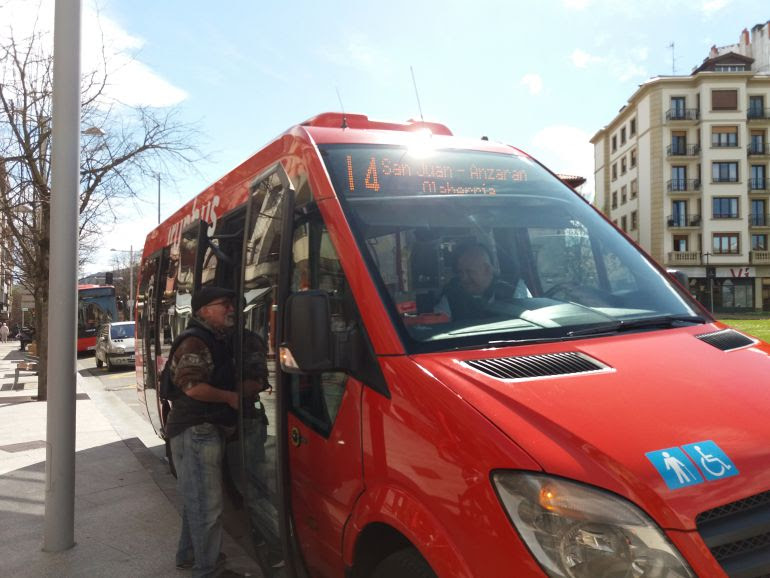 Microbús que cubre la nueva L4 de Irunbus.