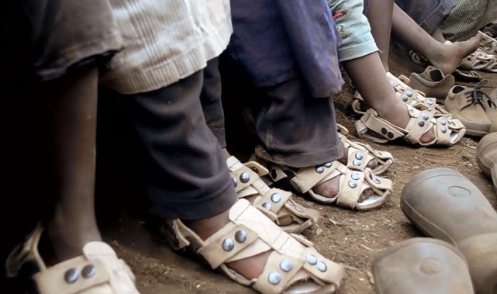 Este inventor criou sandálias que crescem até 5 medidas para ajudar milhões de crianças sem recursos 03