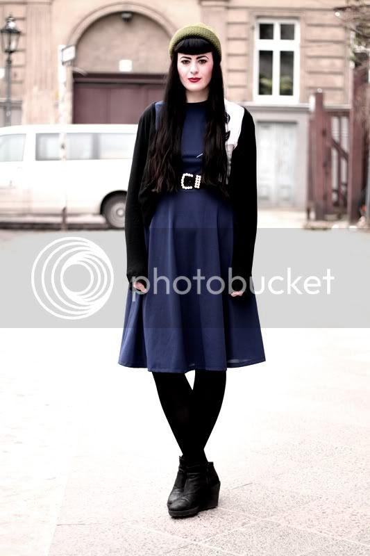 vintage outfit dunkelblaues kleid marine blumen schwarzer cardigan mütze oliv gürtel perlen gold vagabond thelma wedges lange haare roter lippenstift