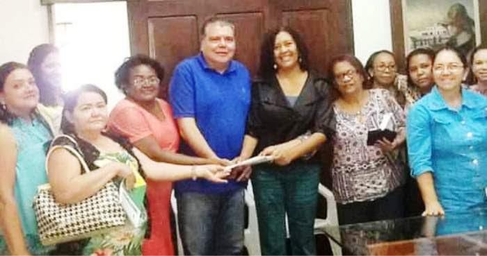 Rose Sales com Sarney Filho e represnetantes das escolas comunitárias (imagem: blog do Diego Emir)