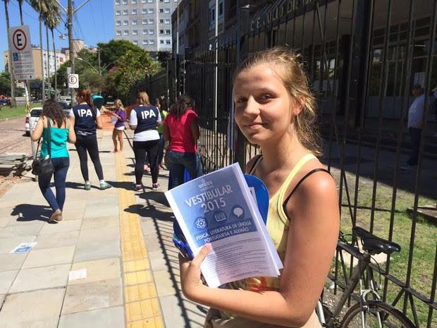 Bruna Margutti, 17 anos, achou fácil o tema da redação do vestibular da UFRGS (Foto: Estêvão Pires/G1)