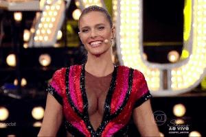 Fernanda Lima usa superdecote e provoca furor na web