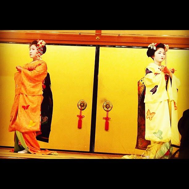 大人気の舞妓が踊ってくれました。 Maiko dances.