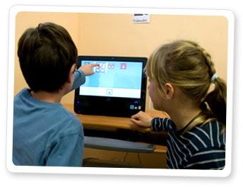 Niños utilizando las aplicaciones de Azahar