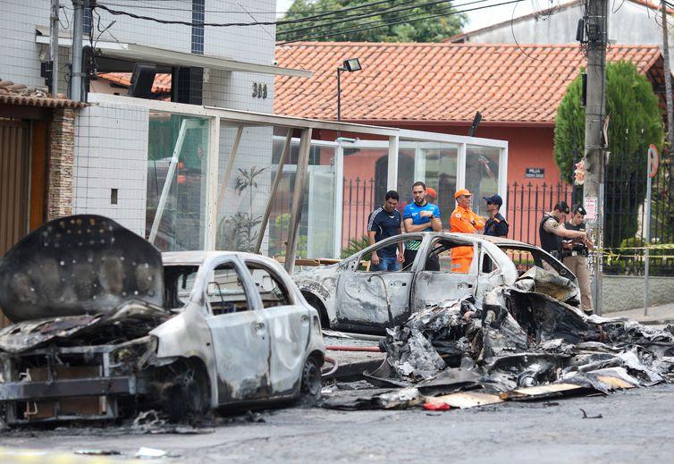 Avião cai sobre carros em rua de Belo Horizonte, em Minas Gerais