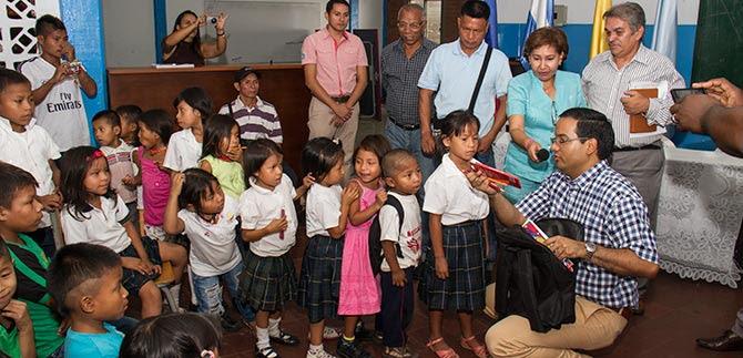 Educación entregó 50 paquetes escolares a emberas katíos