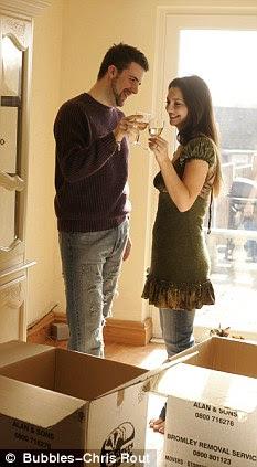 Jovem casal se muda de residência e ter pequena celebração