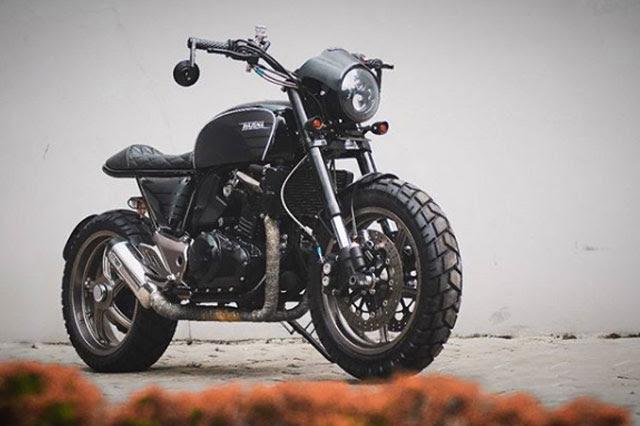 Menyebut nama modifikator motor custom tanah air mungkin sudah banyak Atenx Katros, Sebenarnya Modifikator Atau Youtuber?