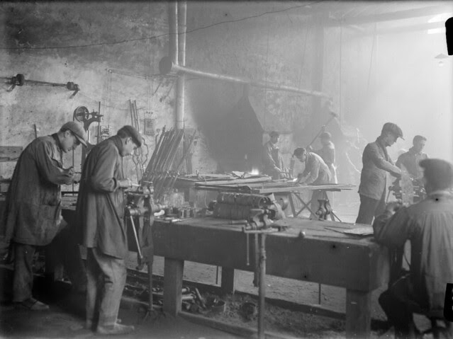 Una fábrica de espadas en los años 20. Detalle de una Fotografía de Otto Wünderlich. © Fototeca del Patrimonio Histórico