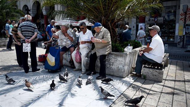 Des Grecs discutent dans le port de Thessaloniki.