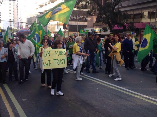 Protesto em Curitiba (Foto: Amanda Menezes/RPC)
