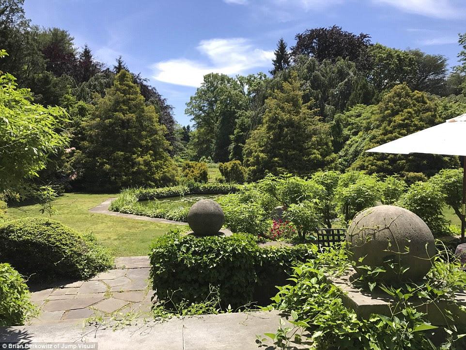 Verdant: Ngoài ra, kiến trúc sư cảnh quan huyền thoại Frederick Law Olmstead, người đã thiết kế nổi tiếng Central Park của Manhattan, đã ủy thác các khu vườn chính thức trên khu đất có lá