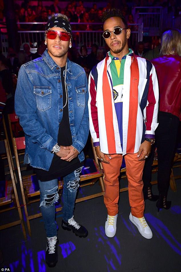 Negrito: a estrela da F1, 32, e seu amigo do jogador de futebol mostraram seus impressionantes sentidos de estilo em conjuntos igualmente atraentes enquanto eles tomavam seus lugares no FROW