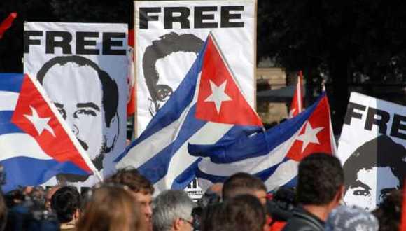Marcha del Primero de Mayo en Cuba con carteles a favor de la liberación de los tres antiterroristas que siguen presos en EEUU.