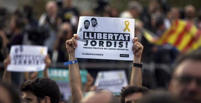 Un momento de la manifestación para pedir la libertad de Jordi Sànchez y Jordi Cuixart, que se celebró el pasado sábado 21 de octubre. / EFE