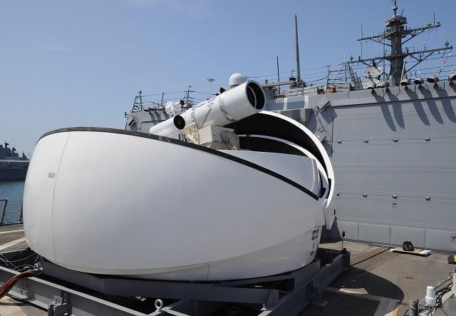 Investigadores de la Marina EE.UU. hicieron un progreso significativo en las armas de energía dirigida, lo que permite el servicio de desplegar un arma laser en un buque de la Armada, dos años antes de lo previsto. La demostración en el mar en el año fiscal 14 a bordo de USS Ponce es parte de una cartera más amplia de la marina de guerra a corto plazo dirigido programas de energía que prometen fildeo rápido, la demostración y los esfuerzos de creación de prototipos de a bordo, el aire y los sistemas de tierra.