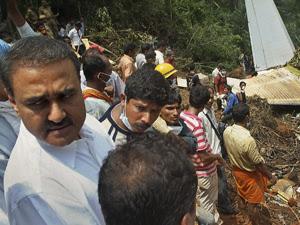 Praful Patel (E) no local do acidente, em Mangalore.