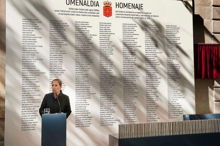 La presidenta Barkos interviene ante el panel con los nombres de los docentes represaliados por el franquismo.