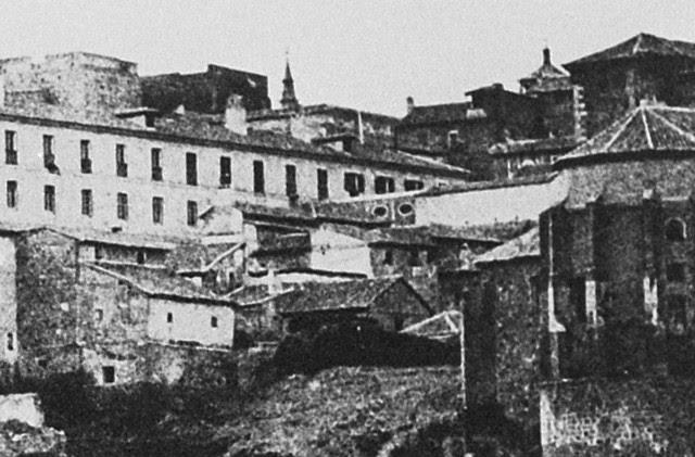 Arco que unía el Hospital de Santa Cruz con la Fonda de la Caridad de Lorenzana. Detalle de una fotografía de Edward King Tenison en 1852