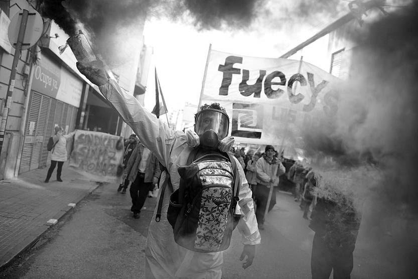 Movilización de FUECYS, ayer, en el Centro de Montevideo. Foto: Santiago Mazzarovich