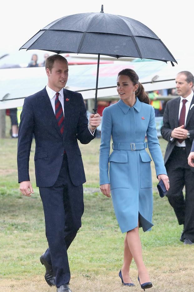 A Duquesa de Cambridge usou o look azul by Alexander McQueen pela primeira vez em 2014, na Nova Zelândia (Foto: Getty Images)
