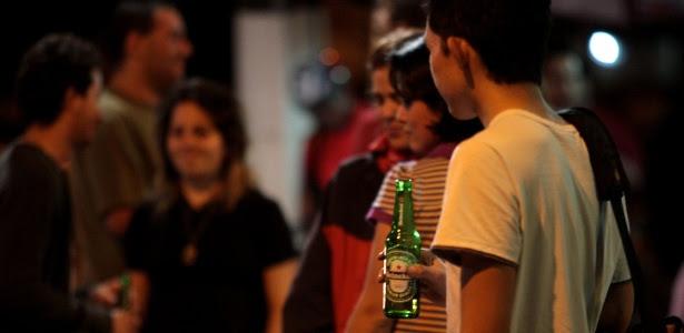 Jovens consomem bebidas alcoólicas perto da avenida Paulista (região central)