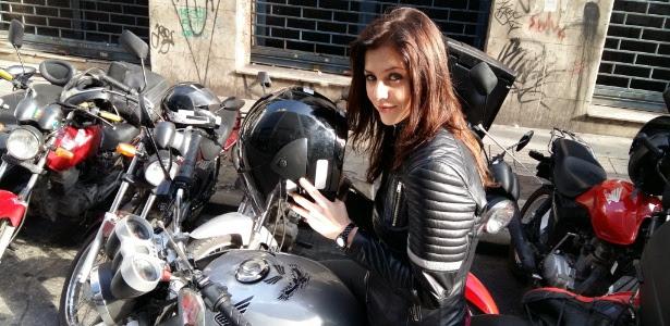"""Christiana Ubach, protagonista da série """"A Garota da Moto"""", do SBT"""