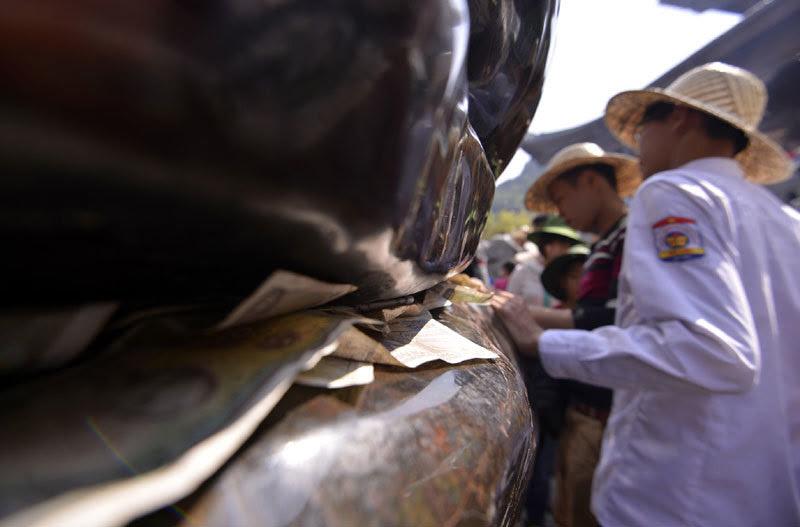 chùa Bái Đính, khai hội, xoa tượng phật, nhét tiền lẻ