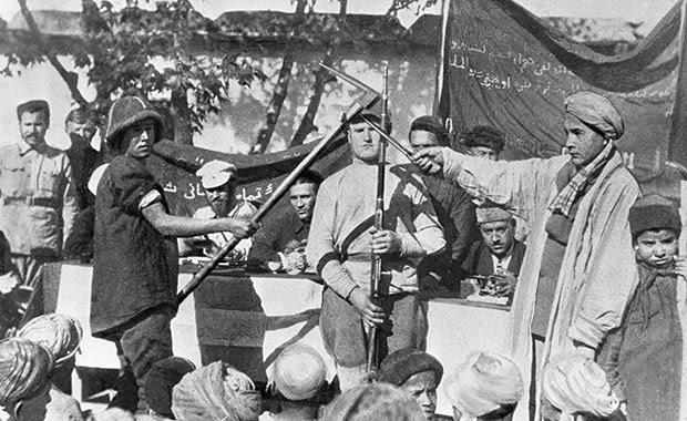 Дехкане записываются в добровольческий отряд по борьбе с басмачами
