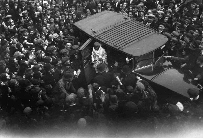 An  East End crowd gathers to witness the arrival of Mahatma Gandhi