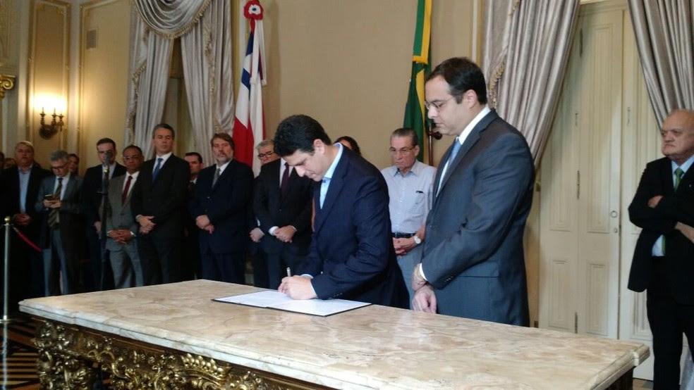 O ministro Bruno Araújo e o governador Paulo Câmara assinam a Autorização para Início de Objeto, com repasse de R$ 22,9 milhões (Foto: Pedro Alves/G1)