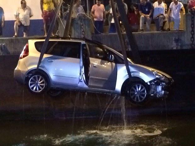 TRAVESSIA DE BALSA: Mulher chora ao lembrar queda de carro no mar: 'Ninguém ajudou'