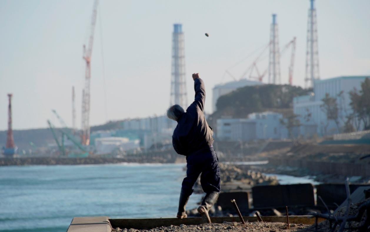 Naoto Matsumura face à la centrale de Fukushima Daiichi (© Koji Harada, agence Kyodo)