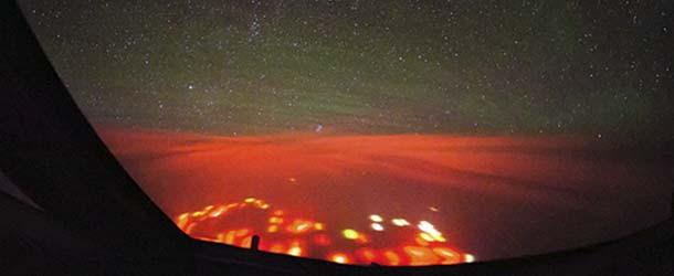 Pilot fotografato uno strano bagliore rosso sopra l'Oceano Pacifico