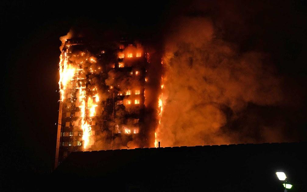 Outra imagem do incêndio feito por um morador da região (Foto: Giulio Thuburn / via AFP Photo)