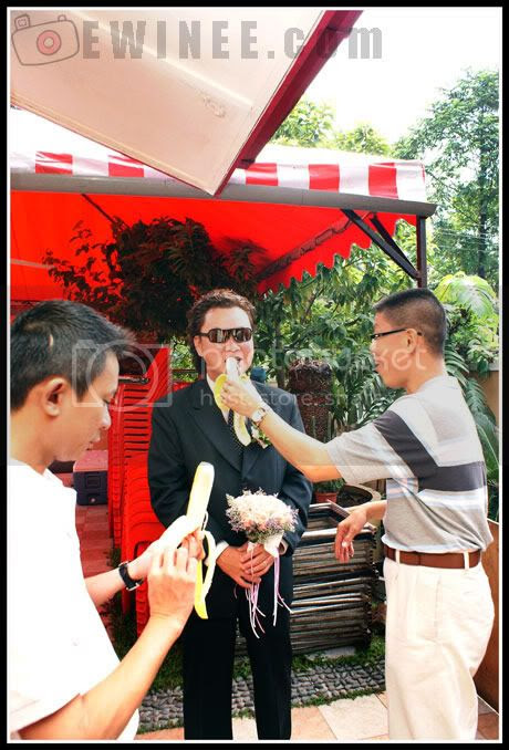 groom-eating-banana