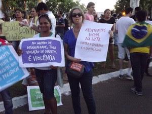 Manifestantes seguram cartazes durante manifestação em Palmas (Foto: Monique Almeida/G1)