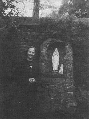 Gertrud Fink, Düren, bei der Lourdesgrotte im Garten Engelbert Knipprath's