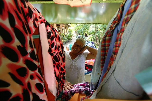 Dona Francisca, 69a anos, oferece peças do bazar de roupas. Foto: Peu Ricardo/DP