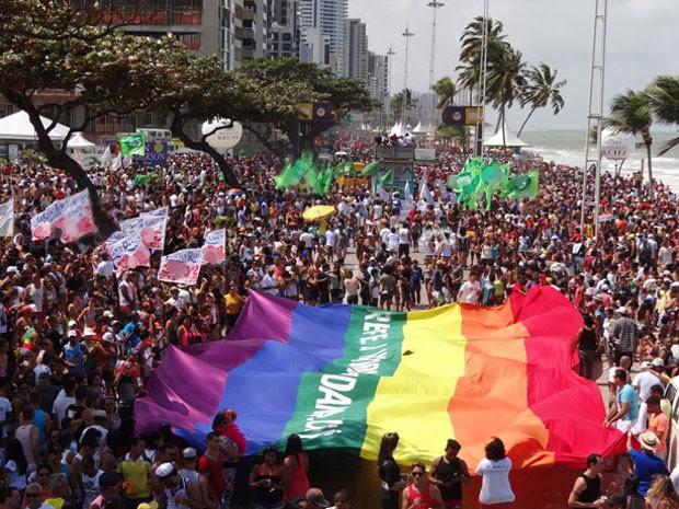 Parada atraiu multidão à Avenida Boa Viagem, no Recife, neste domingo (16) (Foto: Luna Markman/G1)