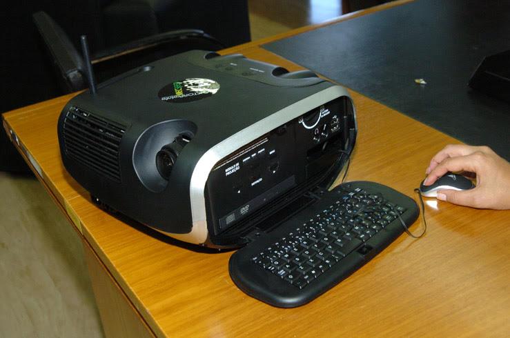 O projetor ProInfo pode ser conectado à internet apenas com uma tomada, não exige configuração nem instalação de softwares e projeta o conteúdo em qualquer parede (foto: Fabiana Carvalho)
